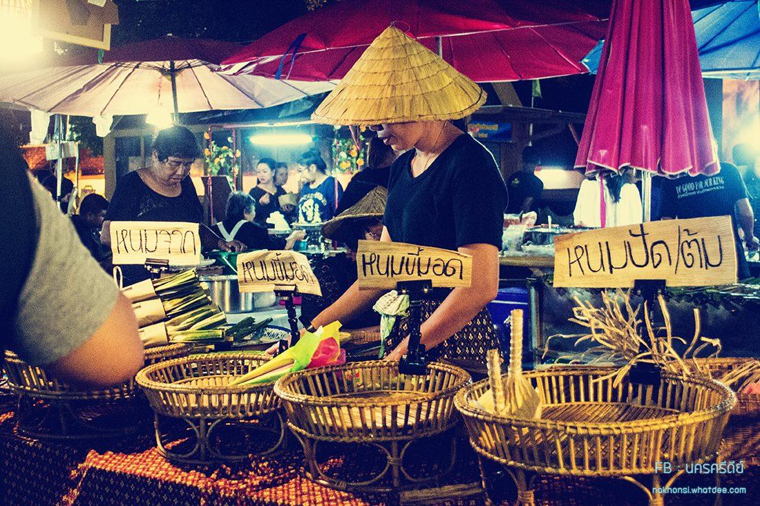 เที่ยวตลาดย้อนยุค การตกแต่งร้าน ภาชนะใส่อาหาร สไตล์เมืองเก่า และพบของ otop มากมาย อะไรดีย์