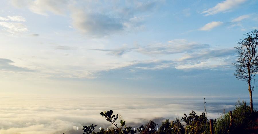 สุดยอดทะเลหมอกภาคใต้ สัมผัสวิวพระอาทิตย์ขึ้น บรรยากาศระดับล้าน ณ จุดชมวิวยอดเขาศูนย์ นครศรีฯ อะไรดีย์