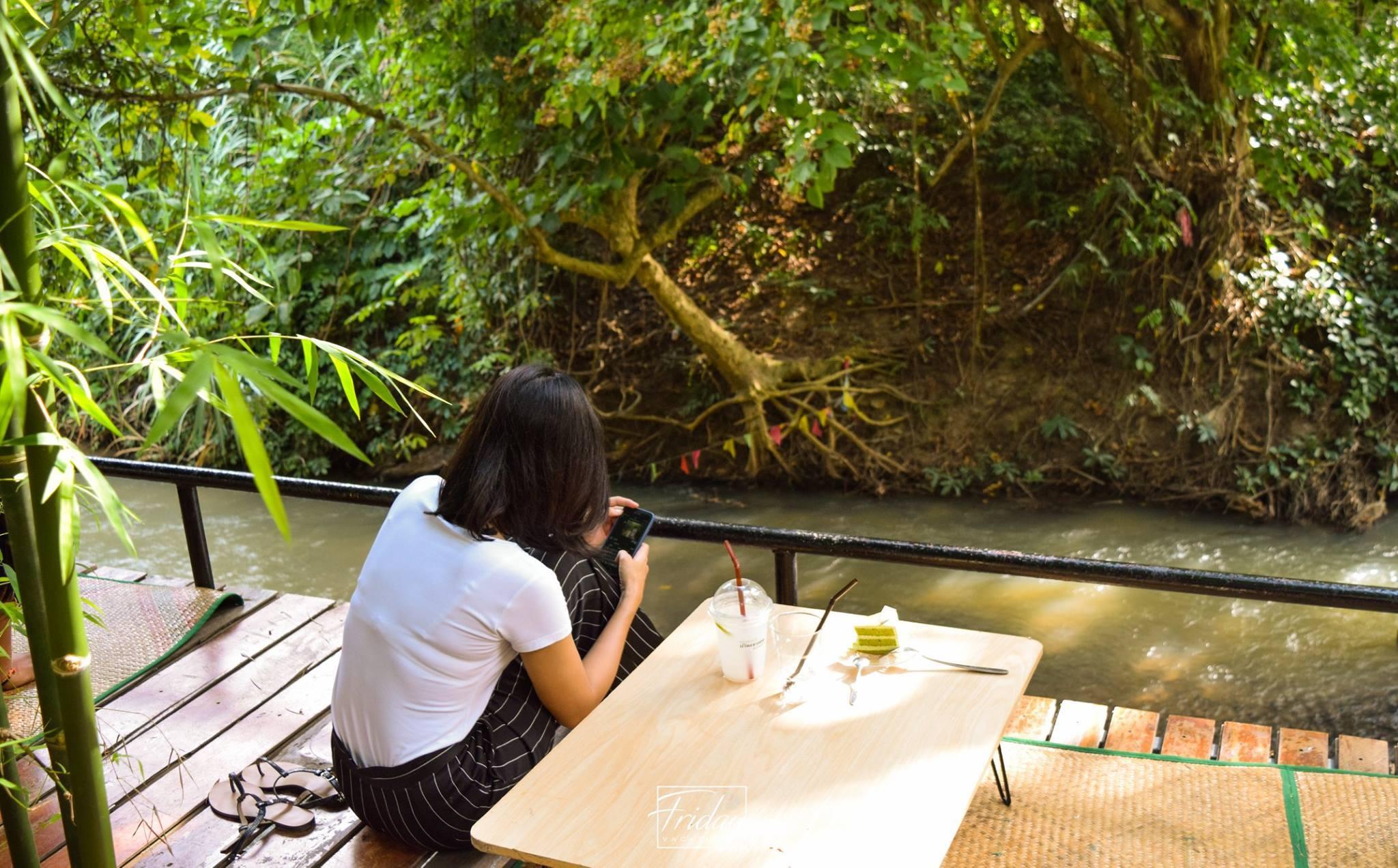 ห้อยขาฟินๆ พร้อมจิบชากาแฟ กินอาหารรสชาติเด็ด นั่งชมลำธารสวยๆ พร้อมทางลงไปเล่นน้ำ ที่นี่เท่านั้น อะไรดีย์